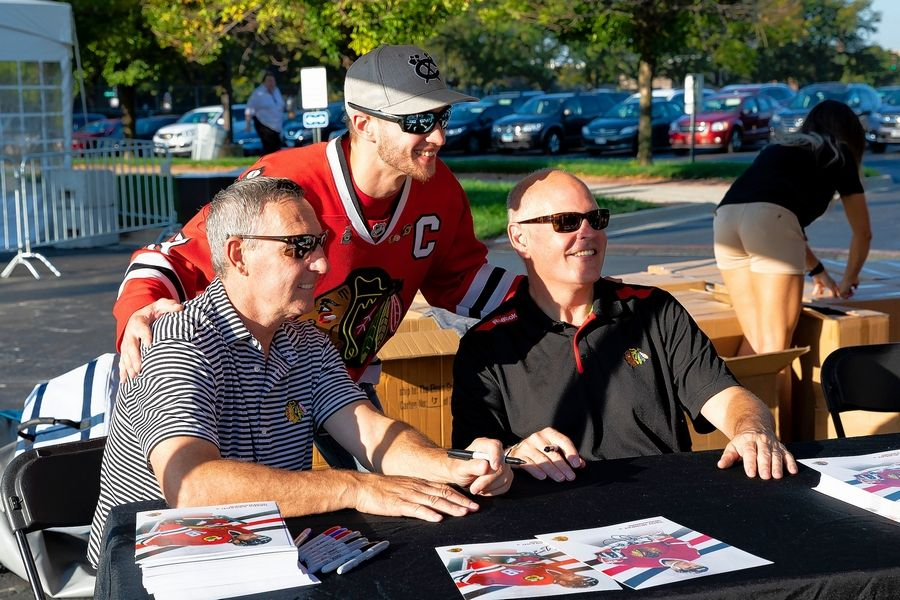 Denis Savard and Troy Murray get in on the picture-taking at the 2018 Training Camp Festival at the United Center.