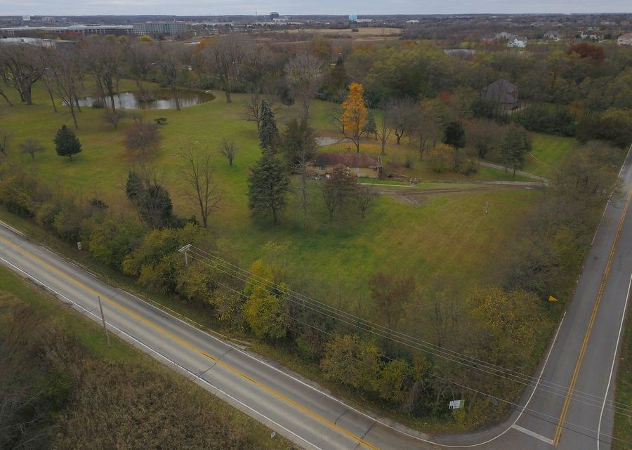 Officials from a federal agency say property on the southwest corner of Freeman and Mundhank roads in South Barrington remains the best choice for a new national veterans cemetery after concerns such as noise and traffic were taken into consideration.