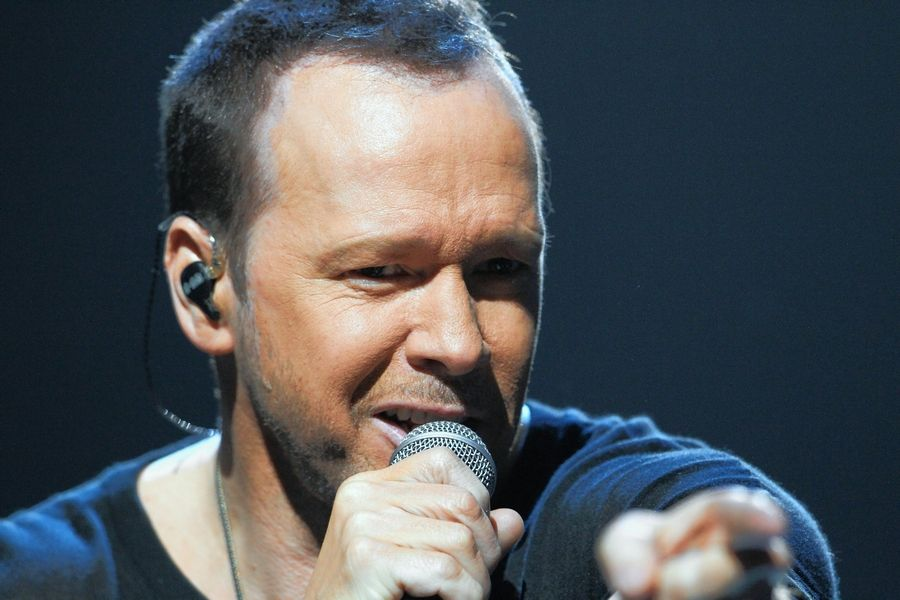 Donnie Wahlberg left a $2,020 tip for an IHOP waitress in St. Charles on New Year's Day.