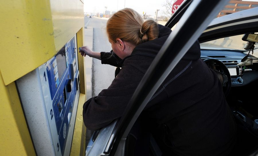 Drivers who pay cash at some automatic toll collection machines like these along the westbound Jane Addams Tollway paid the Illinois tollway about $152,000 extra in 2019.