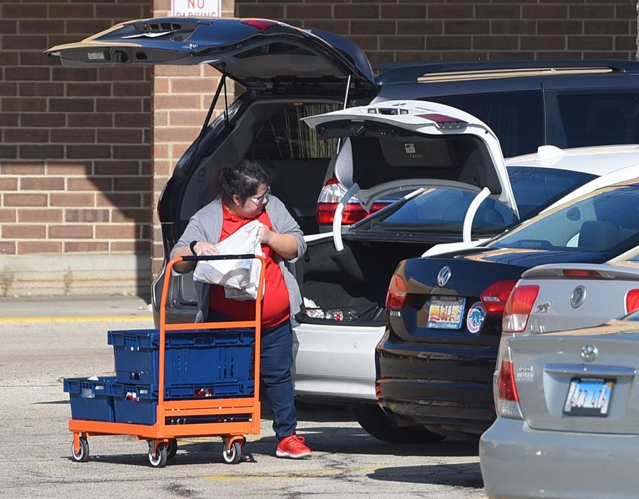 Jewel-Osco employees load groceries in shoppers' cars at the Libertyville store.