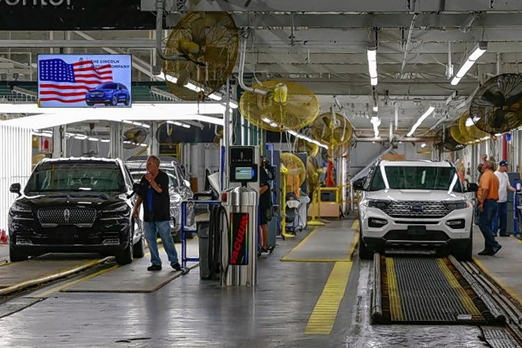 Ford employees work on a Lincoln Aviator and Ford Explorer lines at Ford's Chicago Assembly Plant in Chicago last year. Despite layoffs, supply chain disruptions and closures from the COVID-19 pandemic, most manufacturers in Illinois are rebounding, according to a new poll.