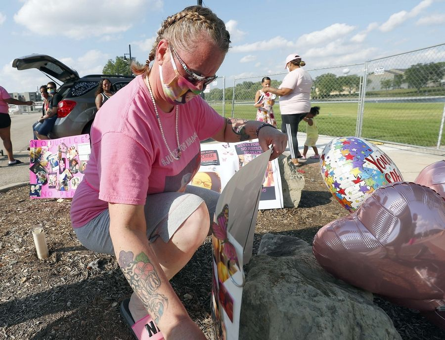 Fiona Galvin puts a sign in the ground at a rally Saturday for her daughter Kianna Galvin, the South Elgin teen who disappeared four years ago.
