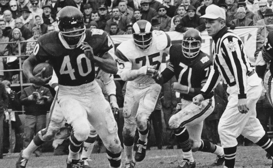 Chicago Bears running back Gale Sayers (40) runs for a 28-yard gain against the Los Angeles Rams in Chicago, Ill., on Oct. 27, 1969. The Rams won 9-7.