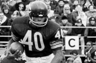 Bears running back Gale Sayers carries the ball in this Nov. 8, 1970 photo against the San Francisco 49ers at Wrigley Field.