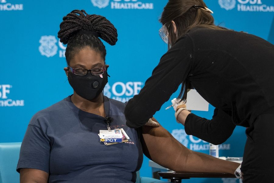 First health care workers in Illinois get COVID-19 vaccines