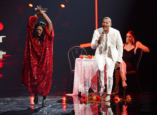 La India, left, and Victor Manuelle, center, perform at Premio Lo Nuestro at American Airlines Arena on Thursday, Feb. 18, 2021, in Miami.