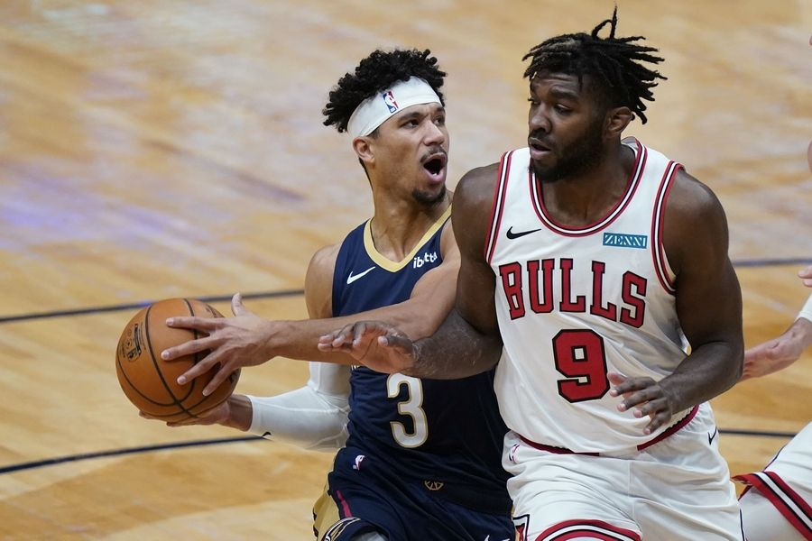 Patrick Williams doesn't give way to Pelicans guard Josh Hart during the Bulls' win Wednesday in New Orleans.